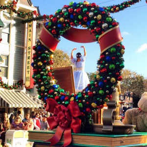 Christmas-Fantasy-Parade-Holiday-Wreath-Disney-Sisters1